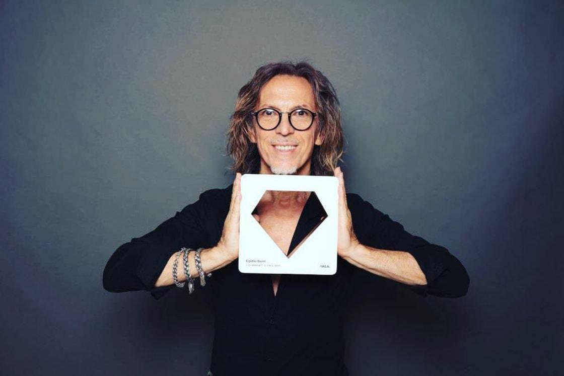 Foto dell'hairstylist Egidio Borri con il premio Diamanti D'oro di Uala