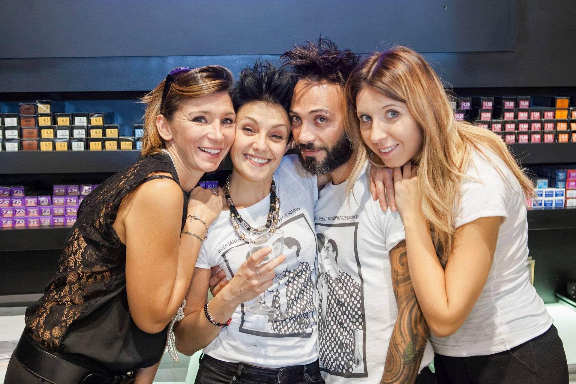 Foto di gruppo del titolare e dei suoi collaboratori di un salone di parrucchieri