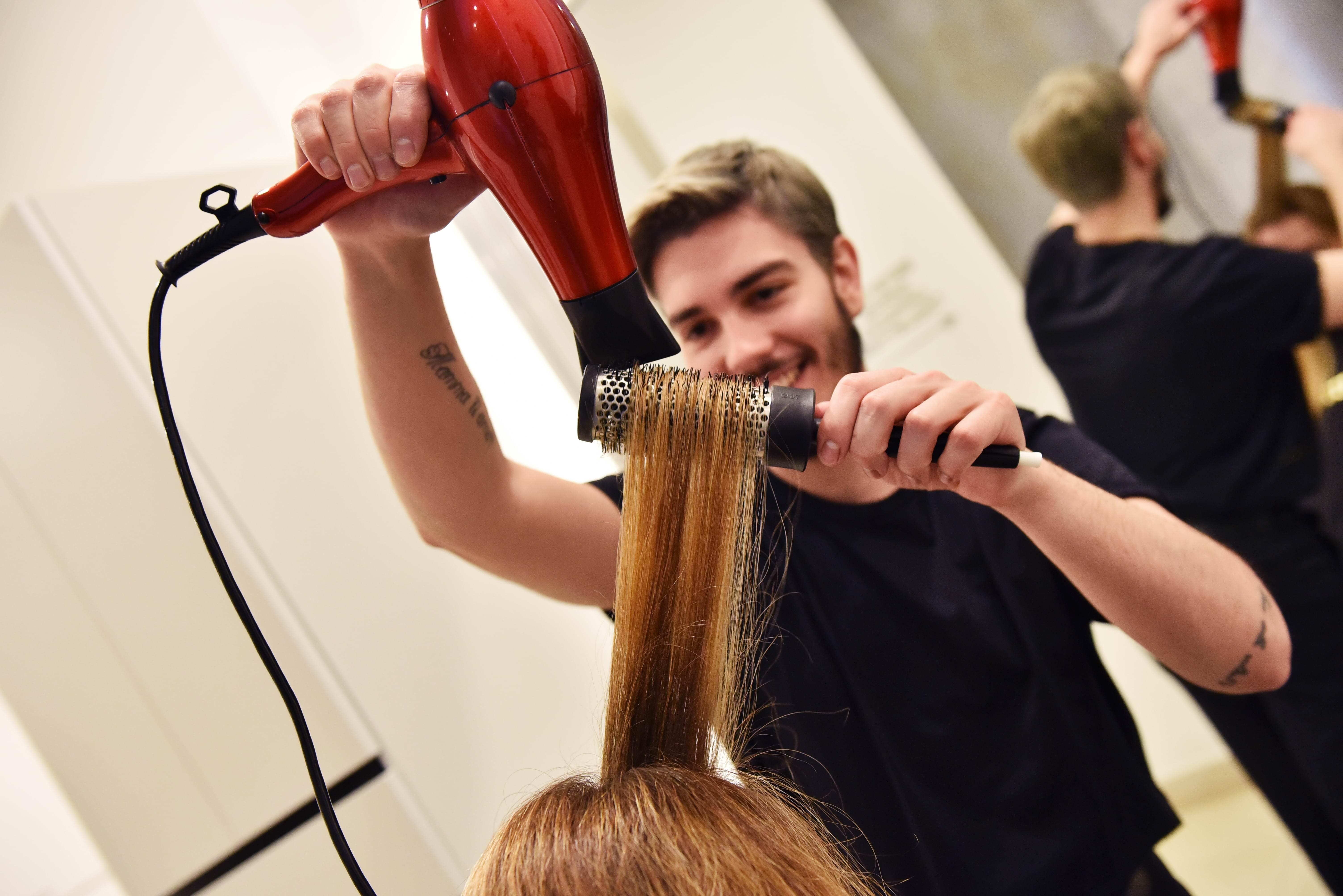 Foto parrucchiere e cliente durante una piega da Alexim Milano