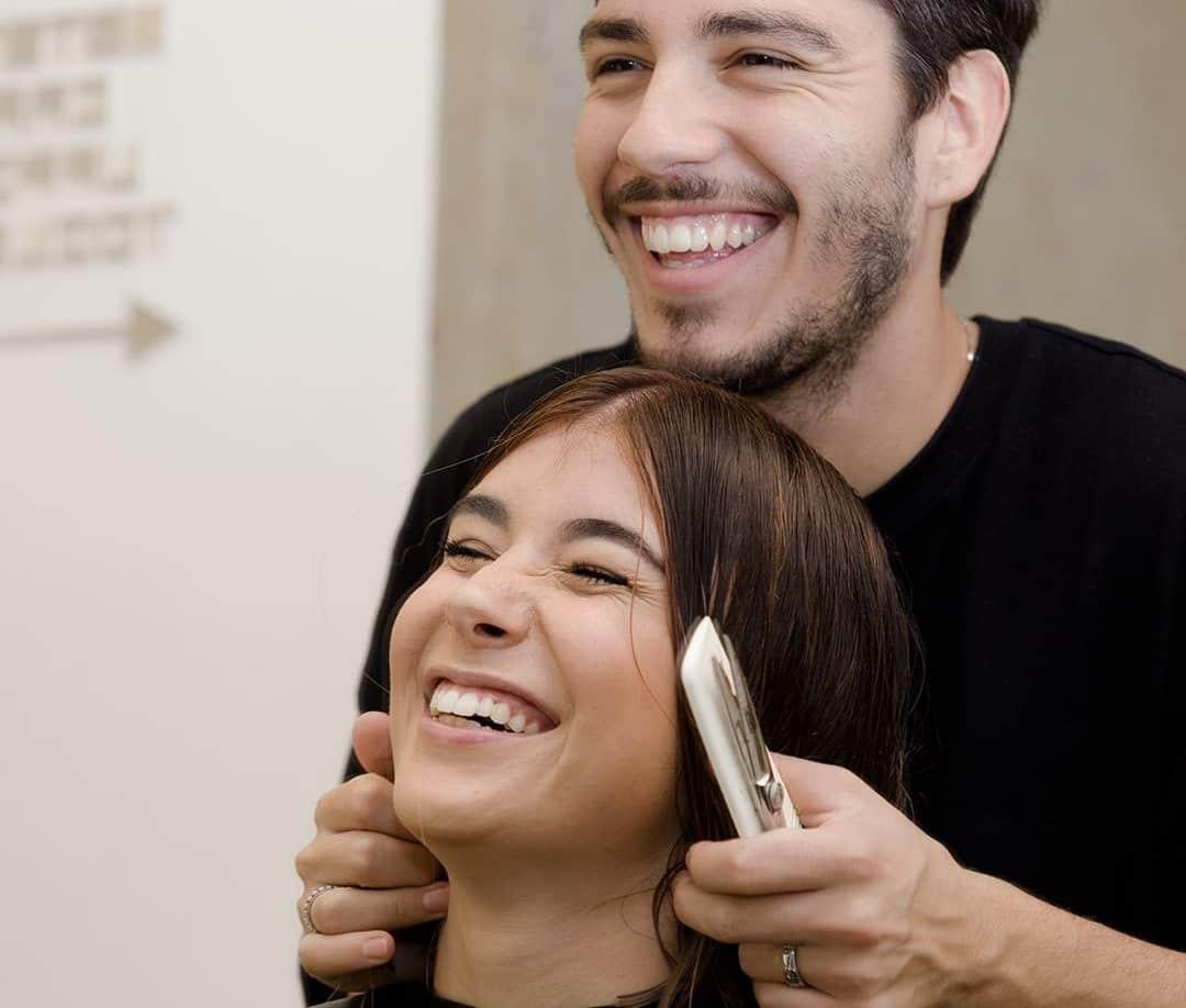 Foto parrucchiere e cliente che sorridono