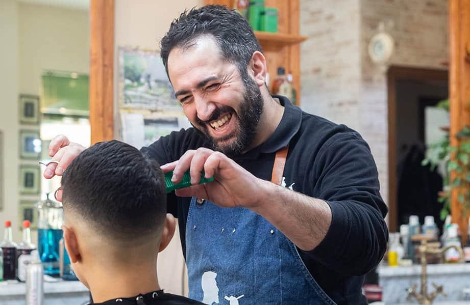 Foto barbiere e cliente taglio capelli