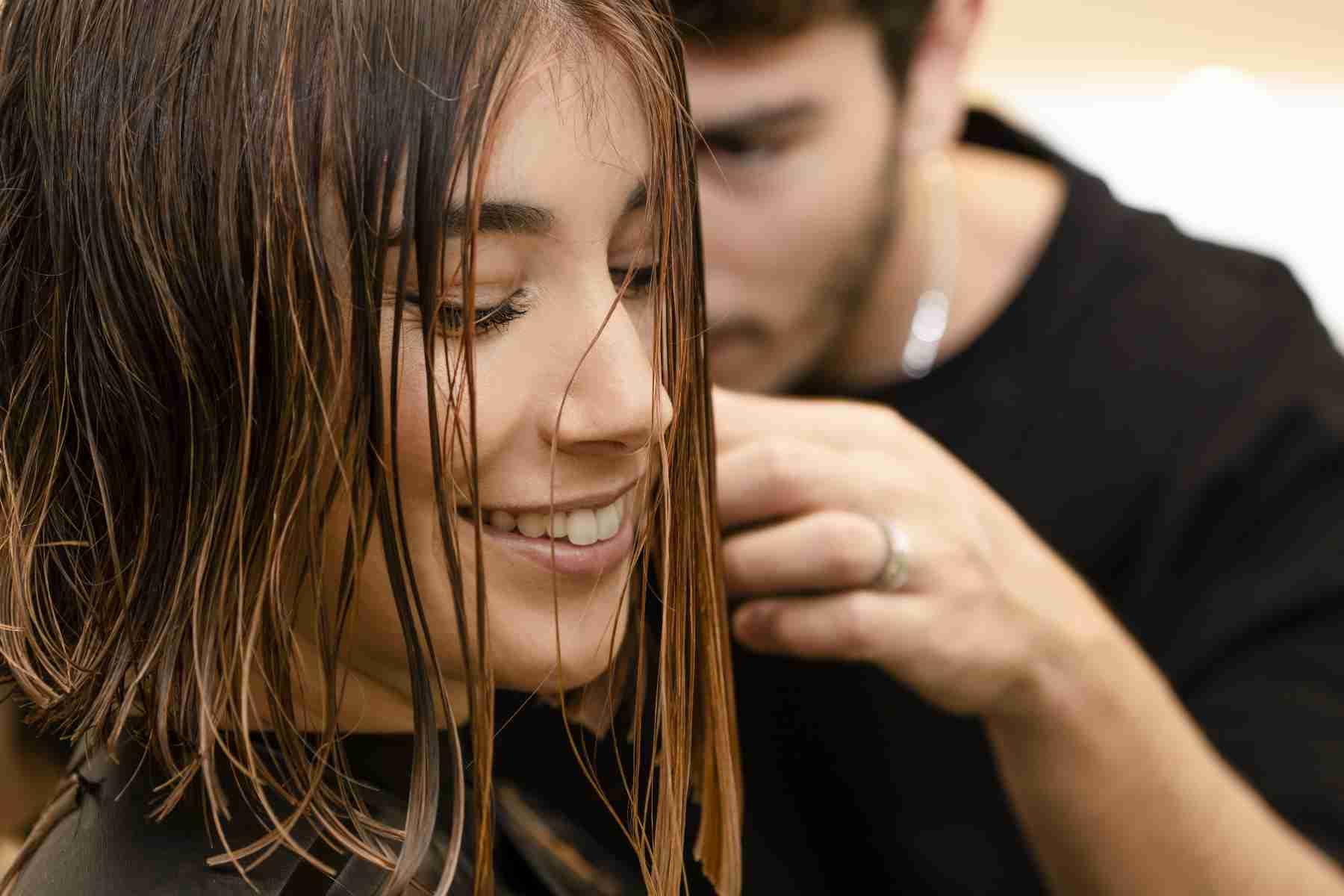 Foto cliente durante taglio di capelli