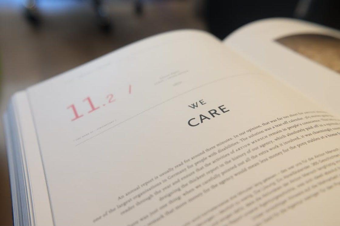 Foto di un libro con la scritta we care